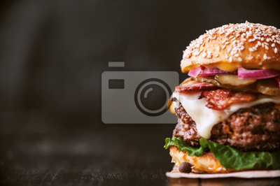 Naklejka Pyszny i soczysty burger dom w rustykalnym stylu z dużym kawałkiem wołowiny