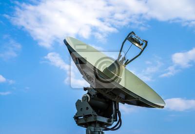 Naklejka Radar obrony powietrznej wojskowego mobilnego systemu wyrzutni rakiet w kolorze zielonym, nowoczesnego przemysłu wojskowego na tle chmur i niebieskiego nieba