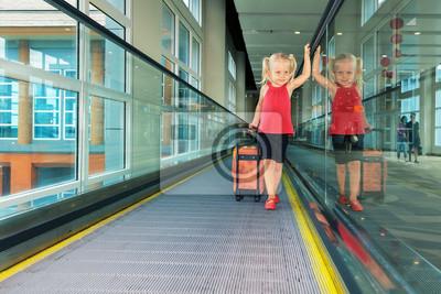 Radosna dziewczyna z pnia na lotnisku ruchu chodnik