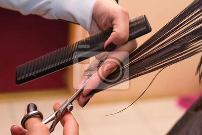 Ręce profesjonalnego fryzjera