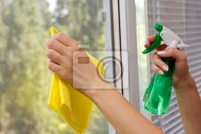 Ręce spray czyszczący okno