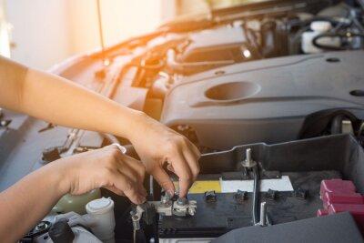 Ręka kobiety sprawdzanie samochodu.