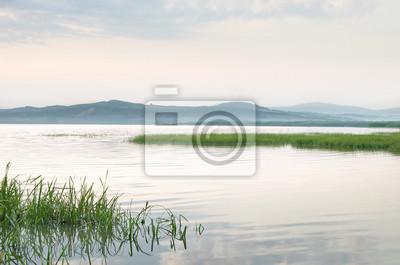 relaks minimalny krajobraz z jeziora i wzgórza
