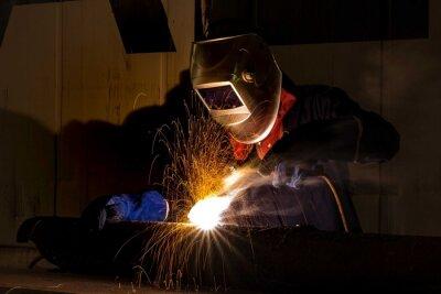 Robotnik przemysłowy w fabryce spawania przeznaczone do walki radioelektronicznej