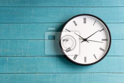 Naklejka Rocznika zegar z rzymskimi liczbami na drewnianym tle
