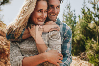 Romantyczna para podziwiając widok