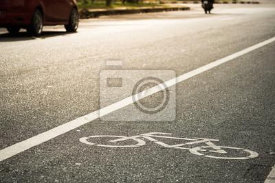 Rower lane z samochodu i motocykla na tle w wieczornym słońcu