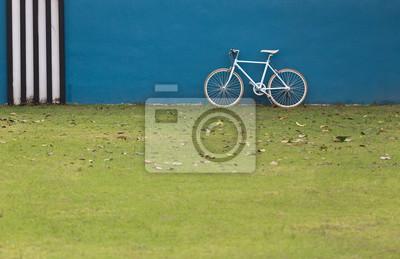 rower ze ścianą jak niebieskie tło