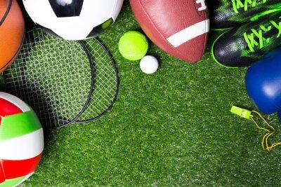 Naklejka Różne narzędzia sportowych na trawie