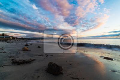Różowe chmury nad morzem o zachodzie słońca