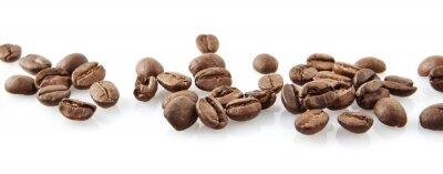 Naklejka Rozproszone ziaren kawy w linii na białym