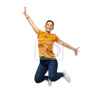 Naklejka ruch, wolność i ludzie pojęć, - szczęśliwa młoda kobieta lub nastoletnia dziewczyna skacze nad białym tłem