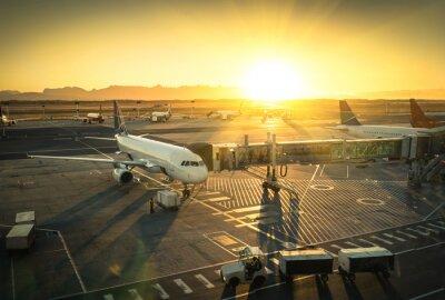 Naklejka Samolot przy bramie w terminalu lotniska