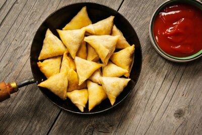 Naklejka Samosas - Popularny indyjski smażone w głębokim tłuszczu z nadzieniem ziemniaczanym przekąski i pokryte chrupiącą skórką