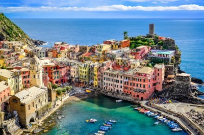 Naklejka Scenic view of ocean and harbor in colorful village Vernazza, Cinque Terre, Italy