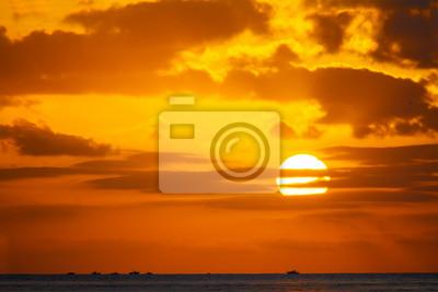 scenic zachód słońca nad morzem