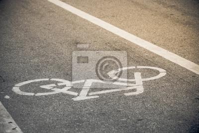 ścieżka rowerowa w ciepłym słońcu