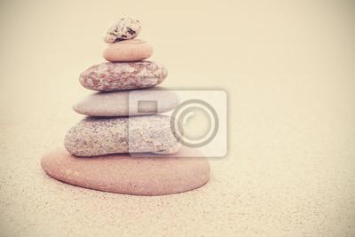Naklejka Sepia retro stylizowane kamienne piramidy na piasku, harmonii i równowagi