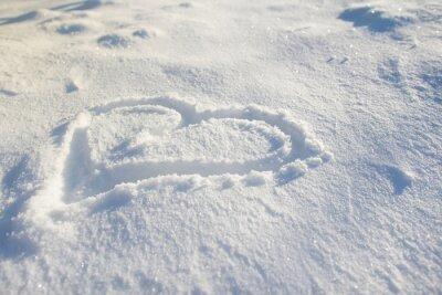 Serce rysowane na śniegu.
