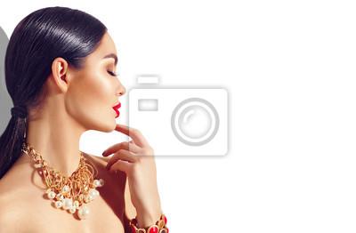 Sexy młoda kobieta z doskonałym makijażem i modnymi złotymi akcesoriami