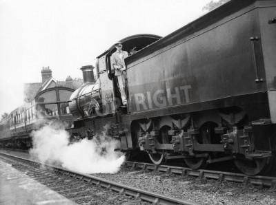 Naklejka Sheffield Park, Anglia - około 1972 - A parę lokomotywa ściąga pociąg pasażerski do stacji Sheffield Park na zakonserwowane Bluebell linia kolejowa.