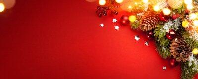 Skład świąt Bożego Narodzenia na czerwonym tle z miejsca kopiowania
