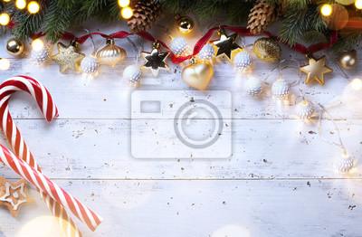 Skład świąt Bożego Narodzenia na drewniane tła; Ozdoba choinkowa i kopia miejsca na tekst