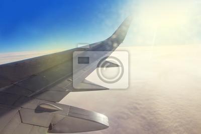 Skrzydło wysoko na niebie samolotów.