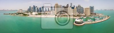 Naklejka Skyline Doha, Katar. Nowoczesne bogate bliskowschodnie miasto drapaczy chmur, widok z lotu ptaka przy dobrej pogodzie, w południe, w gorące i suche lato, z widokiem na przystań i plażę Zatoki Perskiej