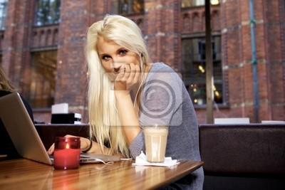 Śliczne dziewczyny w kawiarni