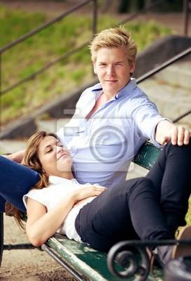 Słodki Guy z Girlfriend Odpoczynek na kolanach