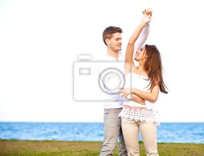 Słodki Taniec para razem na zewnątrz
