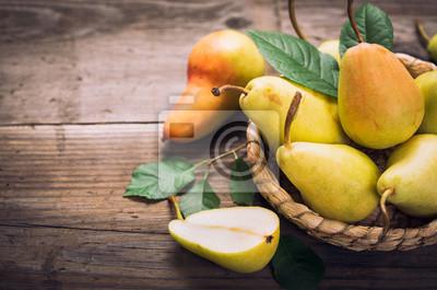 Naklejka Słodkie gruszki w koszyku