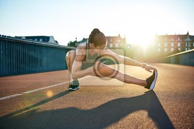 Naklejka Słońce podkreśla młody muskularny kobiet sportowca