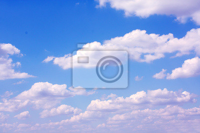 słoneczne niebo i chmury w tle