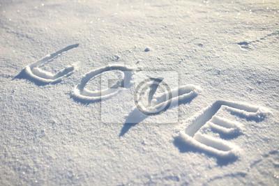 Słowo miłość napisane na śniegu