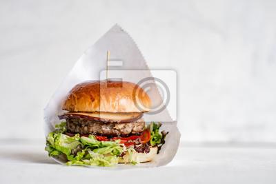 Naklejka Smakowity hamburger na odosobnionym tle.