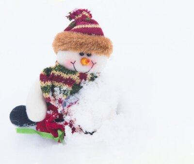 Snowman na białym śniegu w zimie tle na Boże Narodzenie.