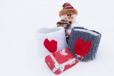 Snowman, prezenty na białym śniegu.