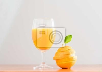 sok pomarańczowy z pomarańczowym plasterek na tle drewna