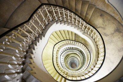 Naklejka Spiralne schody we wnętrzu wysokiego budynku