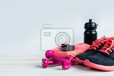 Naklejka Sportowy wyposażenie z na białym drewnianym stołu i kopii przestrzenią