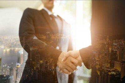 Spotkanie biznesowe spotkanie biznesowe Konferencja Dyskusja korporacyjna, podwójna ekspozycja uścisku dłoni i miasta, podwójna ekspozycja uścisku dłoni i ludzi biznesu pracujących.