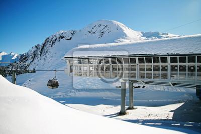 Stacja na nartach w środku szczyt góry