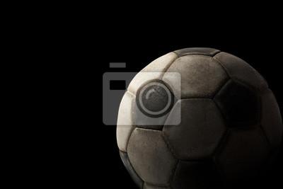 Stara piłka na czarnym tle / Fragment starego czarno-biały piłka na czarnym tle z cienie