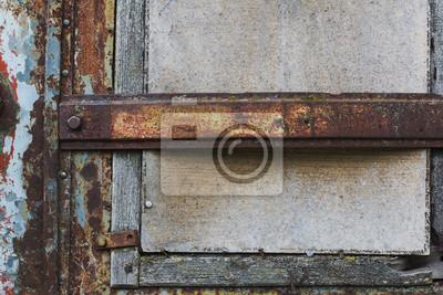 Stare okna zamknięte z sklejki i belką zardzewiały