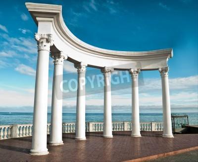 Naklejka Starożytne greckie kolumny na tle błękitnego nieba i morza