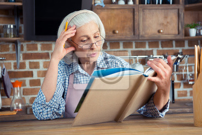 Starszy kobieta z książki kucharskiej