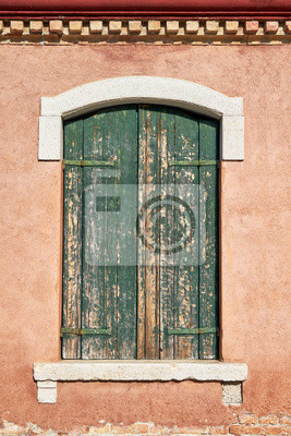 Stary okno z zamkniętą zieloną żaluzją. Włochy, Wenecja, wyspa Burano.