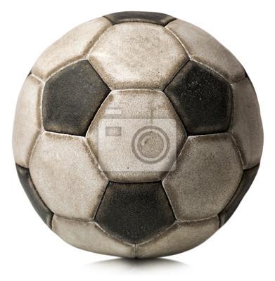 Stary piłka nożna na białym / Fragment starych czarno-białe piłki nożnej na białym tle